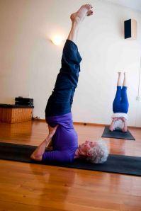 Charlotte is bijna 70 jaar en beoefent elke dag yoga. Ben jij ook een vitale oudere? Kom dan eens vrijblijvend naar de 55+ yoga voor senioren in Javea. En het is geen must om in deze houding te staan hoor!